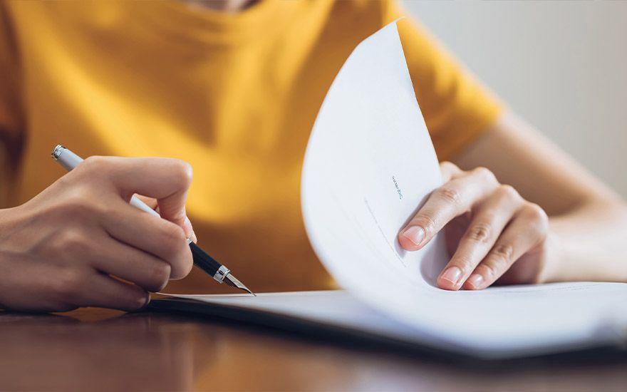 Kobieta robiąca notatki
