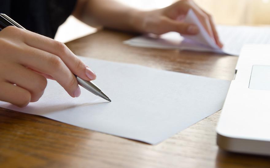 Pisanie pokartce długopisem